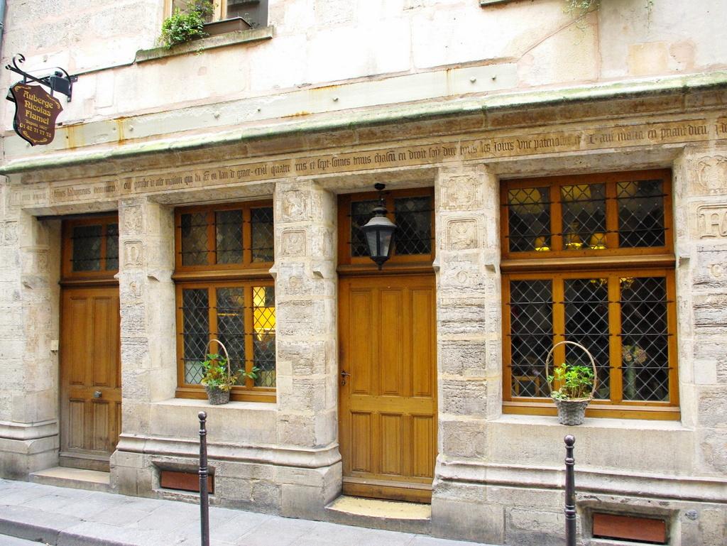 Maison de nicolas flamel the oldest house of paris for Maison nicolas