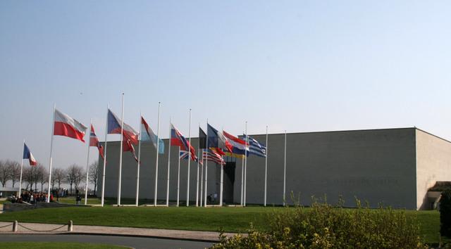 memorial-de-caen http://upload.wikimedia.org/wikipedia/commons/f/f2/M%C3%A9morial_de_Caen_Entr%C3%A9e.jpg
