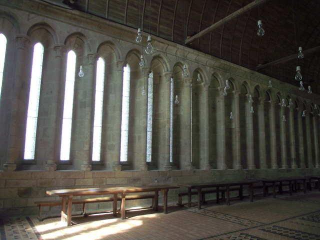 refectory-of-the-abbey-part-of-the-merveille- © Parsifall, Licence CC BY-SA 3.0 from Wikimedia Commons