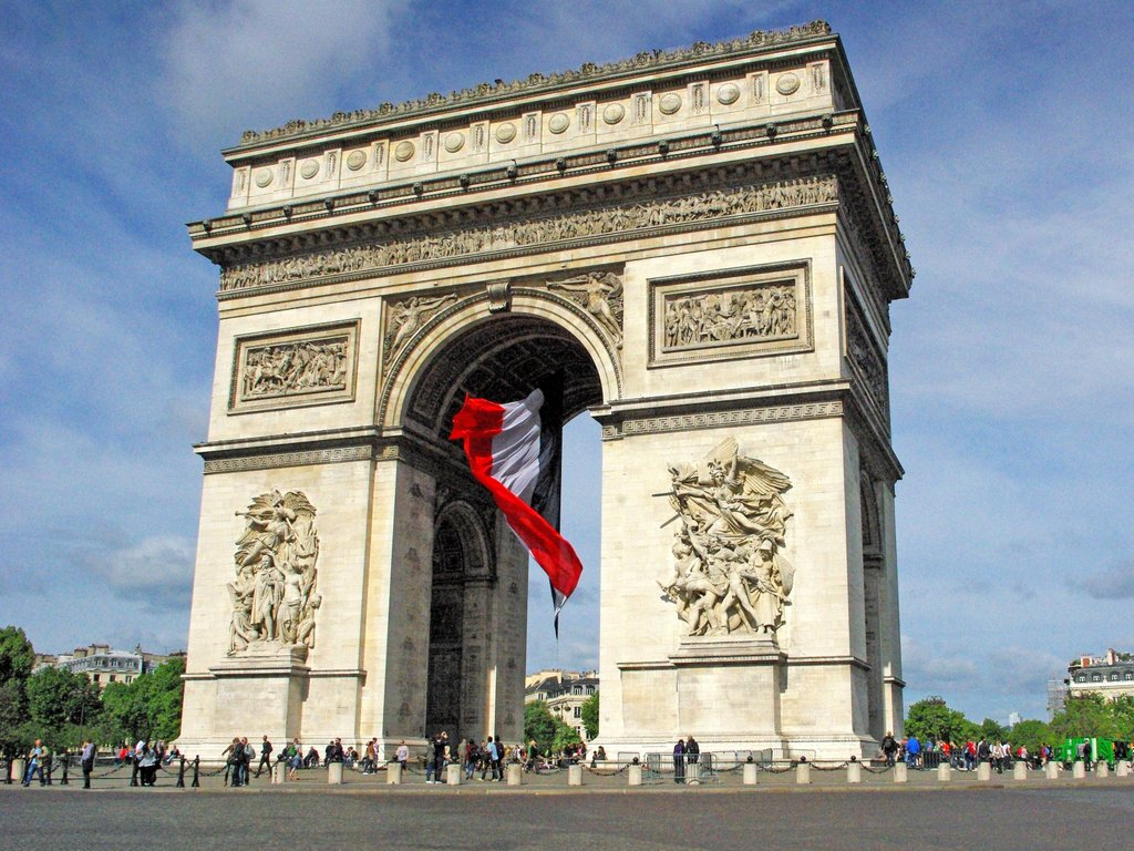 Arc de triomphe and giant french flag french moments for Photo de paris