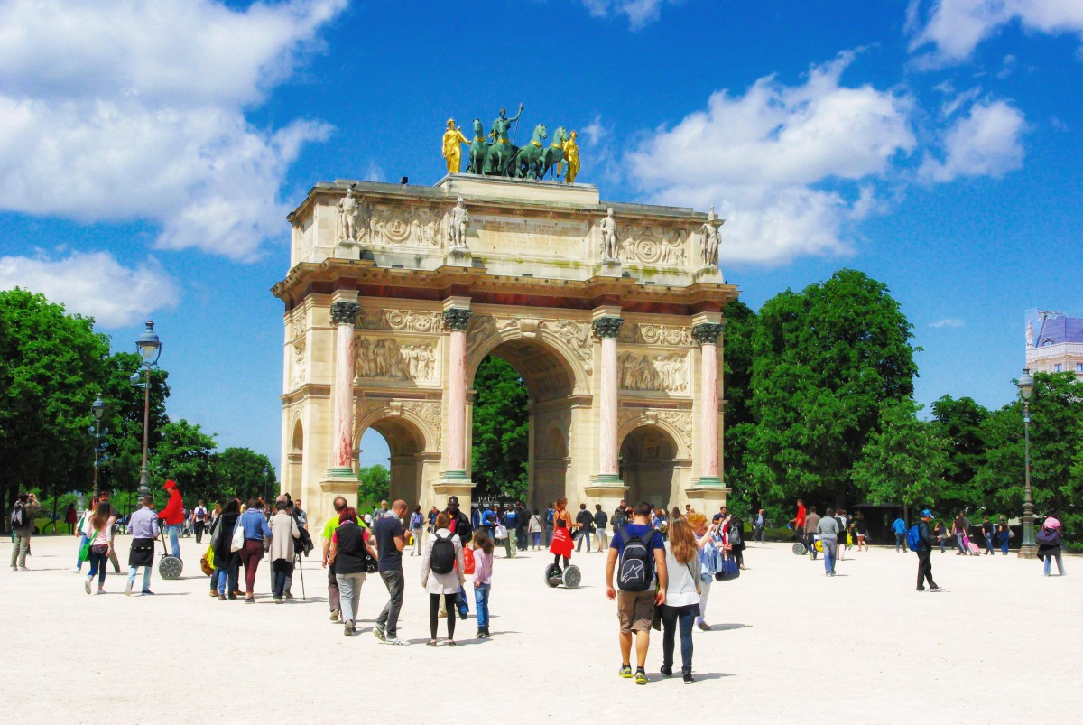 Arc de Triomphe du Carrousel on the historical axis of Paris © French Moments