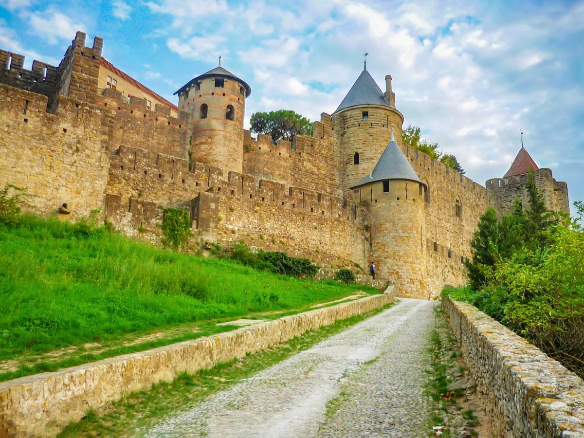 Carcassonne - Montée de la Porte d'Aude © French Moments