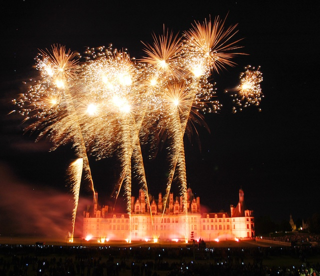Chambord Fireworks © Larivière Orga - [CC BY-SA 3.0] from Wikimedia Commons