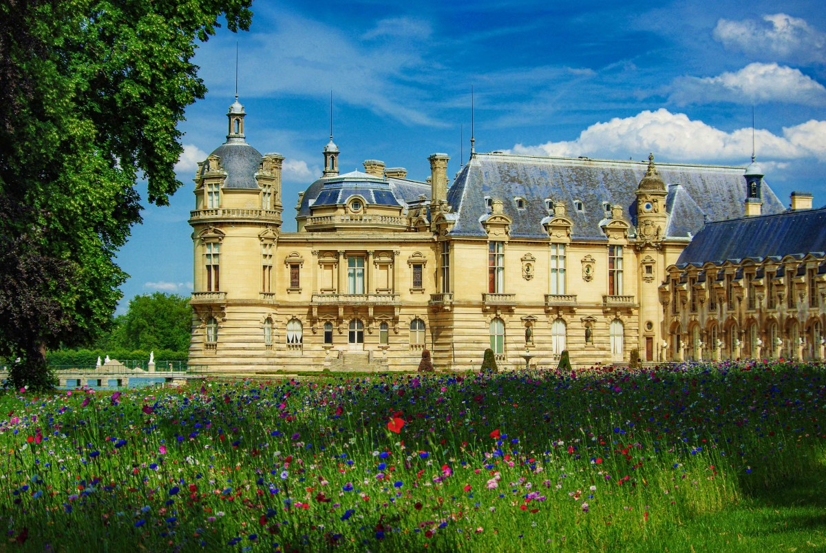 The chateau of Chantilly seen from the gardens © French Moments