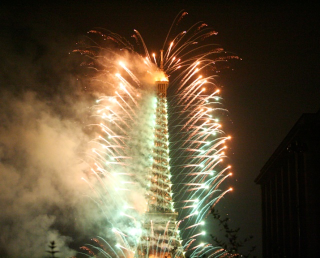 Eiffel Tower, Bastille Day fireworks in 2005 © Beivushtang - Creative Commons (CC BY-SA 3.0)