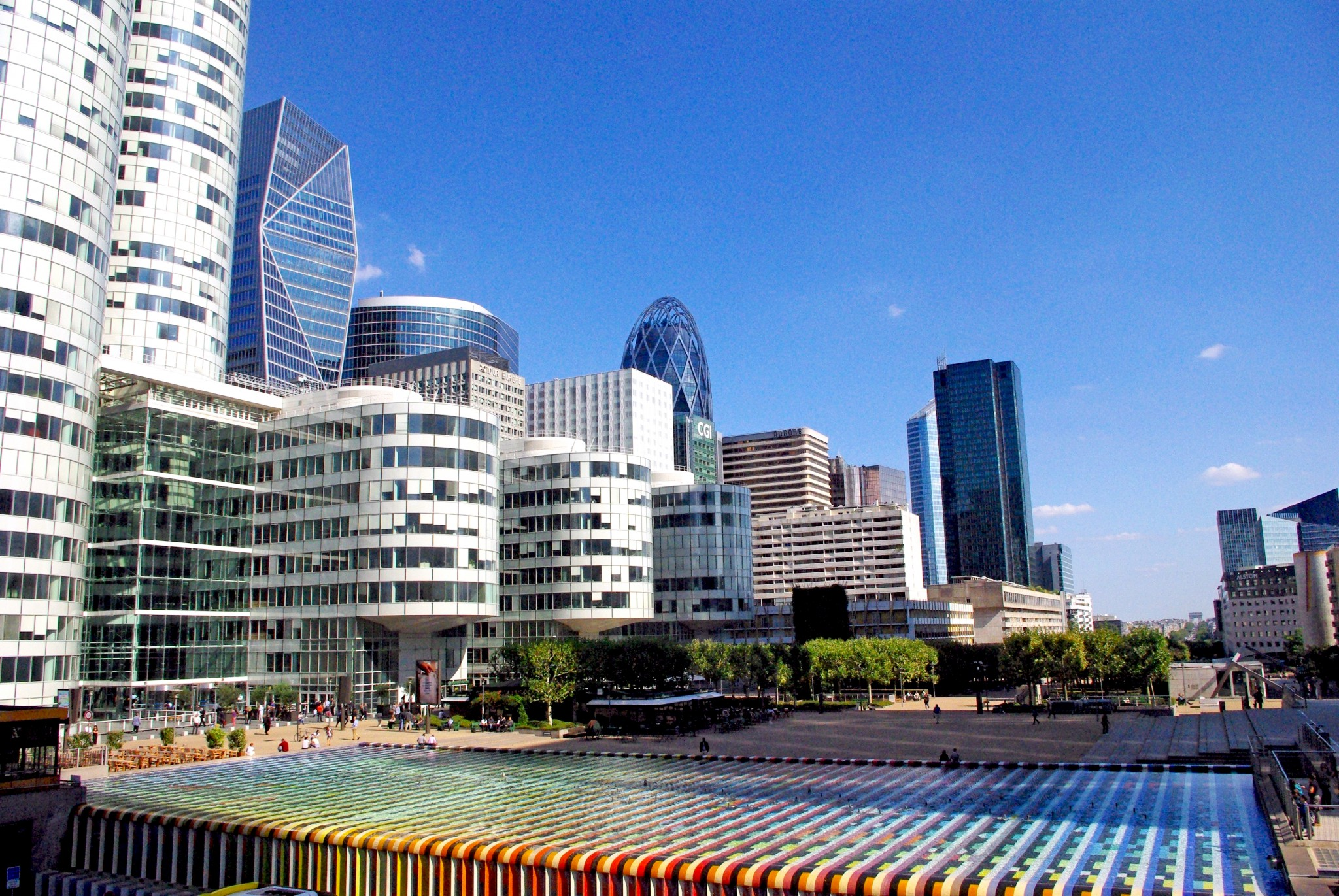 The esplanade of La Défense © French Moments