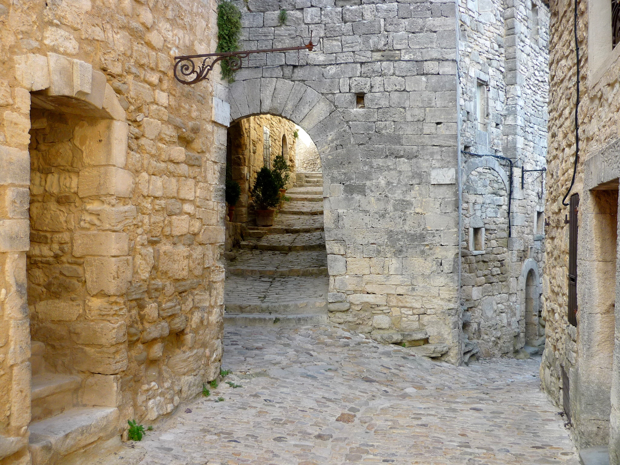 Narrow cobbled-streets in the old centre of Lacoste © French Moments