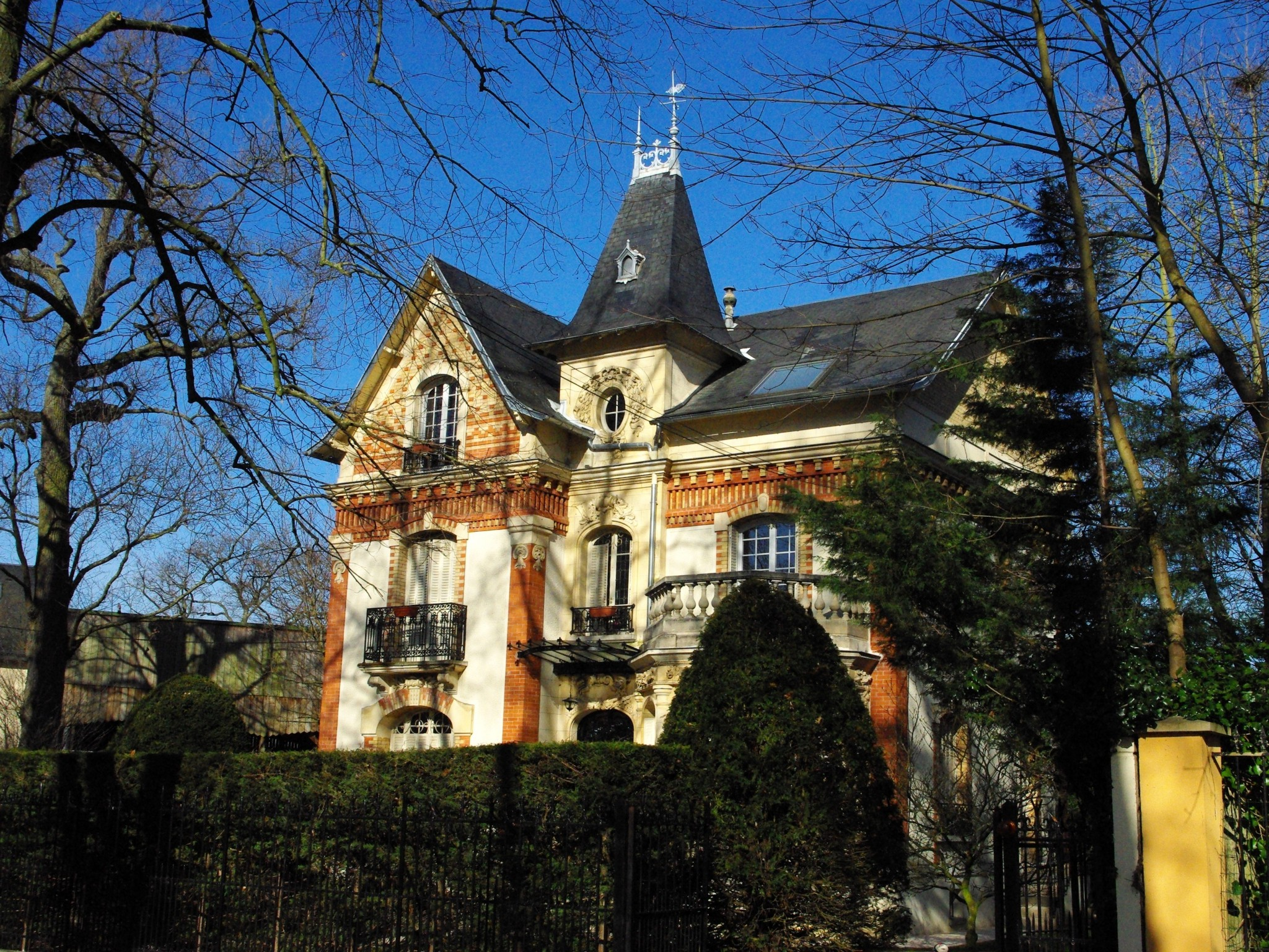 One of the many mansions built in the Park of Maisons-Laffitte © French Moments
