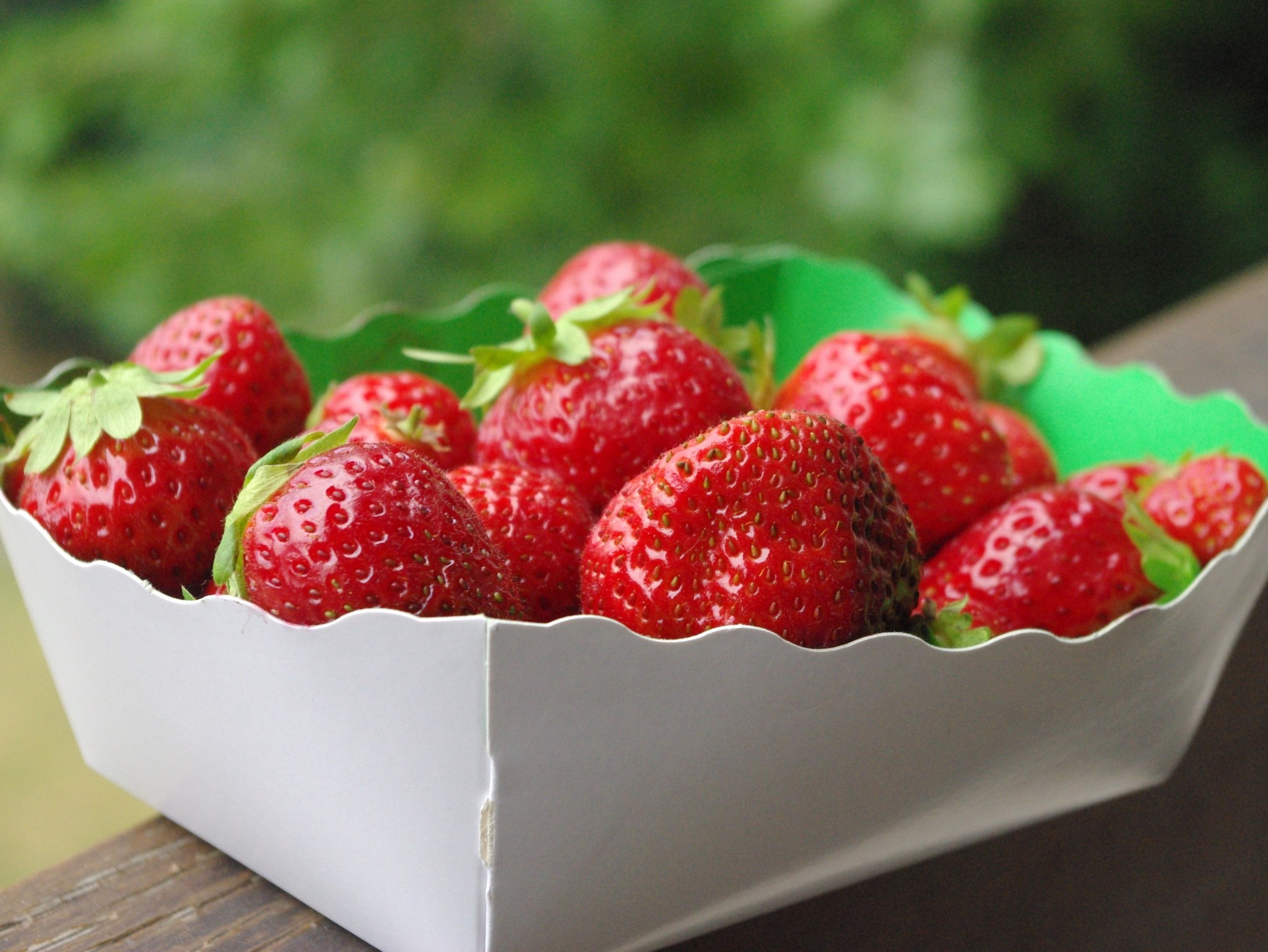 Strawberries bought at the traditional market of Maisons-Laffitte © French Moments