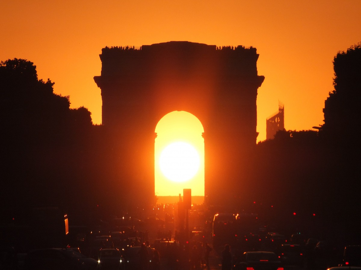 Sunset under the Arc de Triomphe © Siren-Com - licence [CC BY-SA 3.0] from Wikimedia Commons