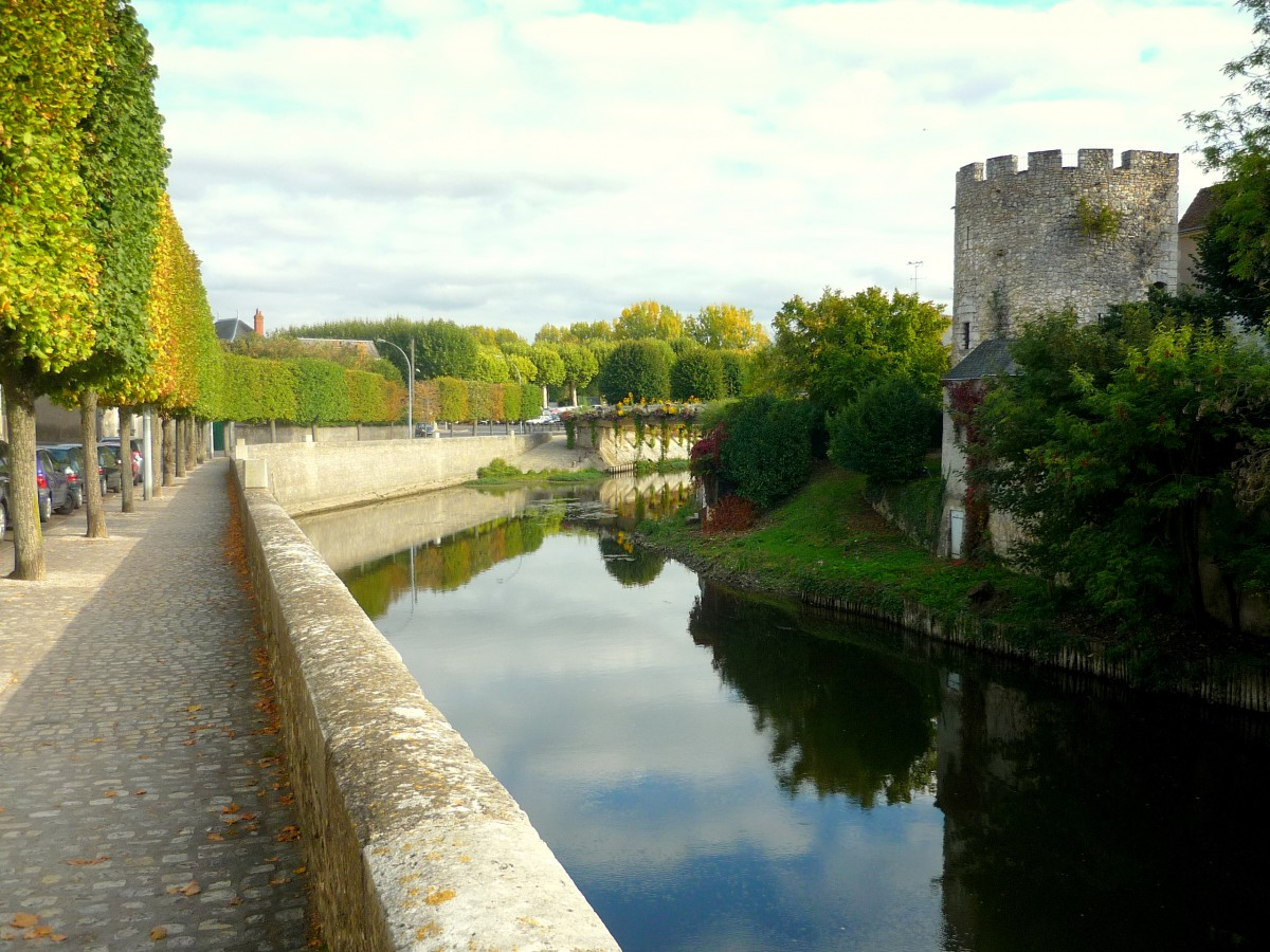 Islette Tower on the banks of River Loir, Vendôme © French Moments