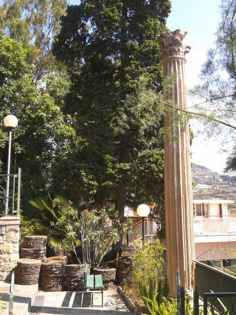 Column of the Palais des Tuileries in Villa Garnier, Bordighera © Bettylella - licence [CC BY-SA 4.0] from Wikimedia Commons