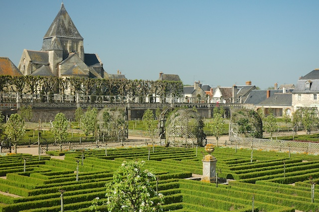 Villandry, the castle's vegetable garden and Saint-Étienne Church © Calips - Creative Commons (CC BY-SA 3.0)