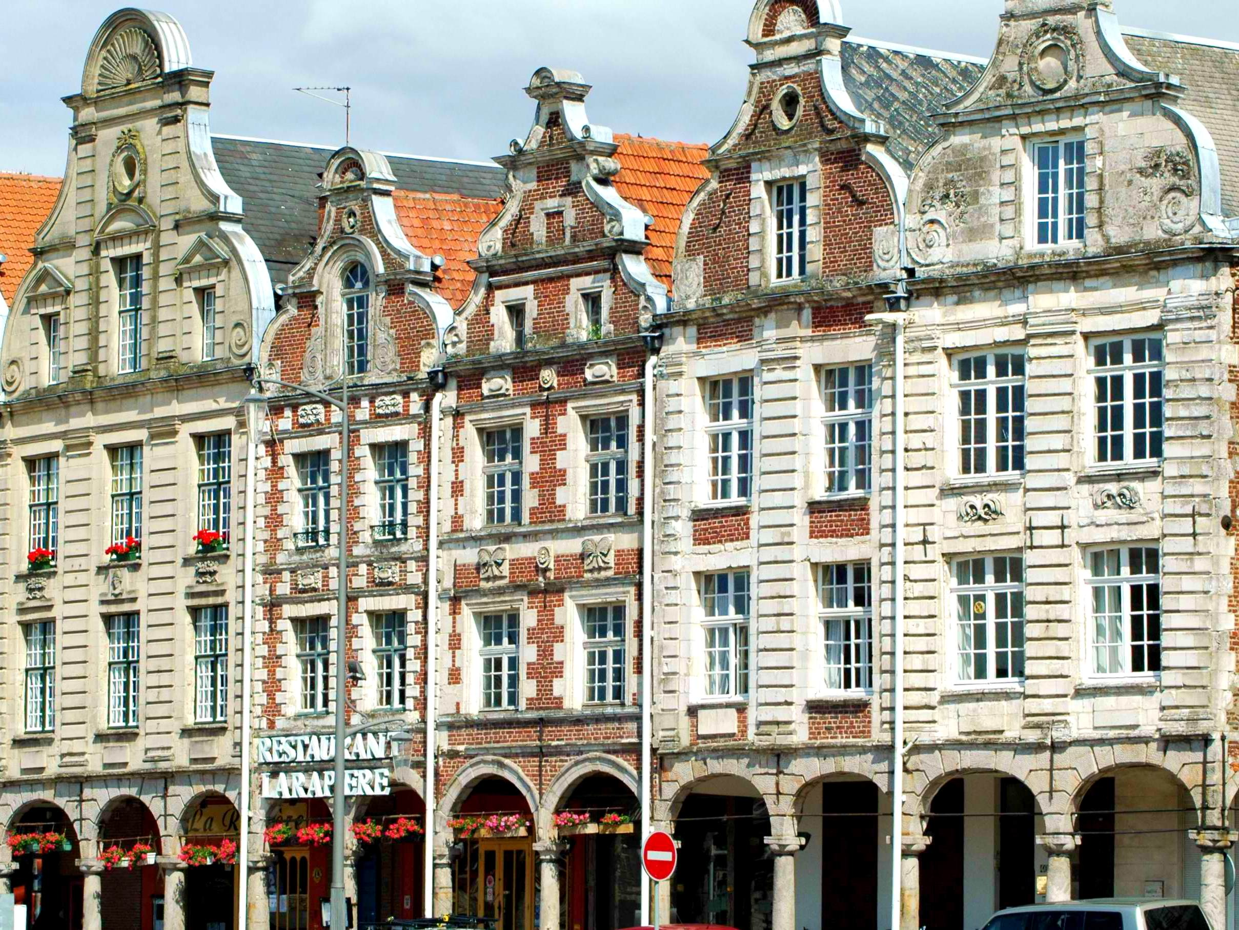 Façades of houses bordering Grand'Place, Arras © isamiga76, licence [CC SA 2.0], from Wikimedia Commons