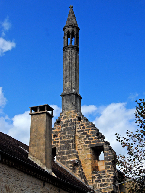"""The lantern of the dead or """"Saracen Chimney"""" in Carlux © Jochen Jahnke - licence [CC BY-SA 3.0] from Wikimedia Commons"""