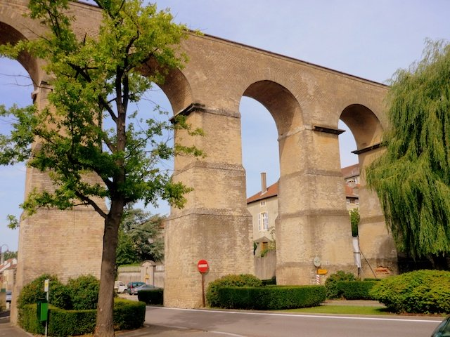 Roman Aqueduct in Jouy-aux-Arches © French Moments