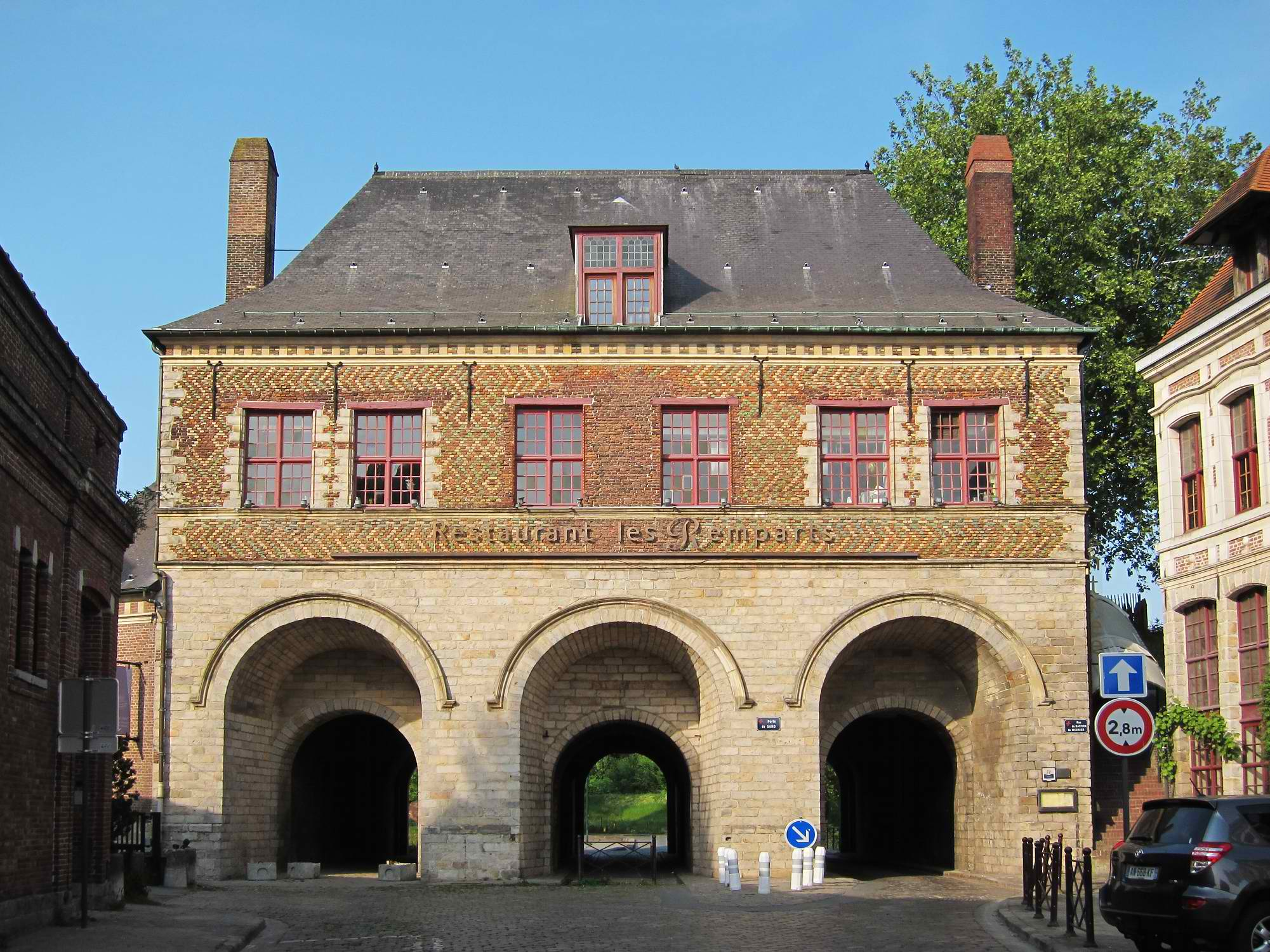 Porte de Roubaix (from the inner side) © Velvet - licence [CC BY-SA 3.0] from Wikimedia Commons