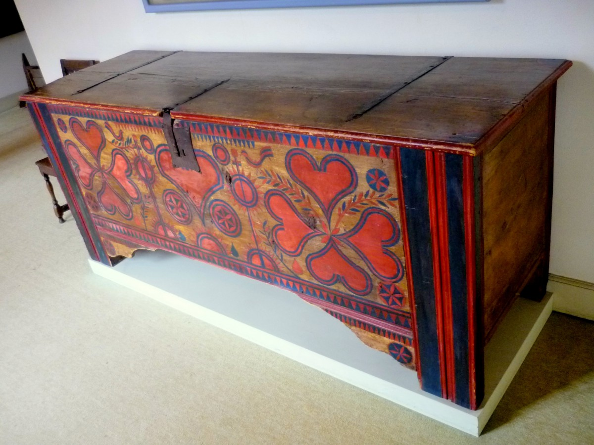 Wood painting on a chest © French Moments