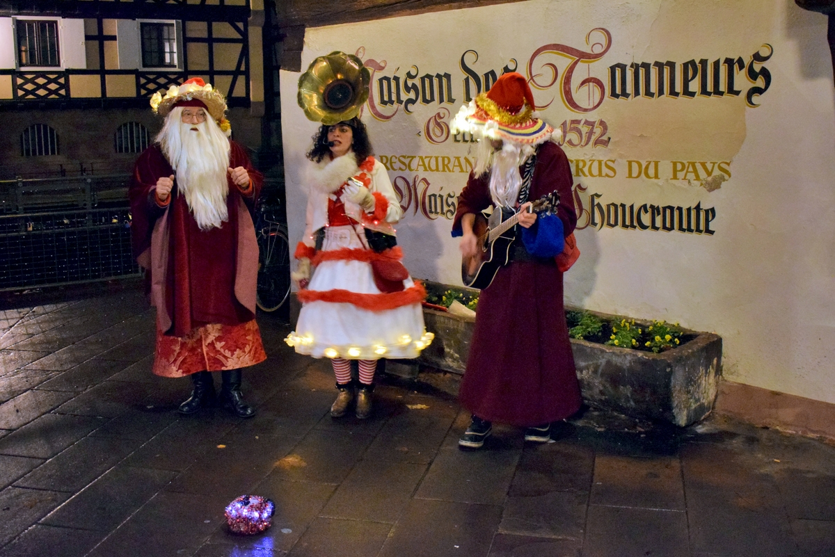 Street performers at the Petite France Christmas market © French Moments