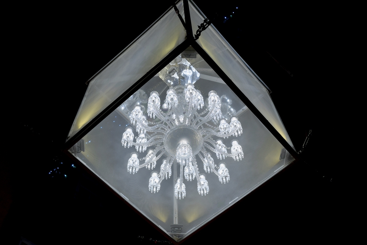 A Baccarat chandelier, Rue des Hallebardes © French Moments
