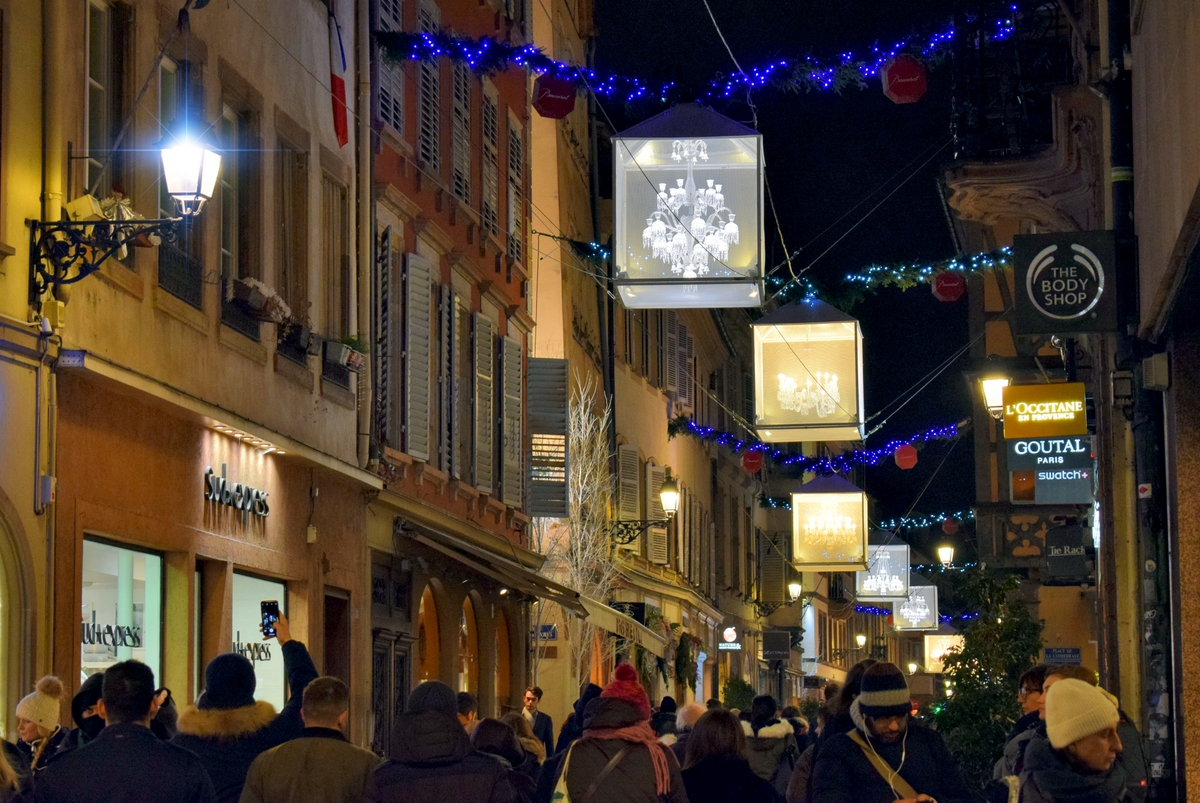 Rue des Hallebardes and the Baccarat chandeliers © French Moments
