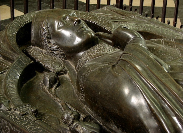 Recumbent figure of Evrard de Fouilloy in Amiens Cathedral © Photo: Vassil