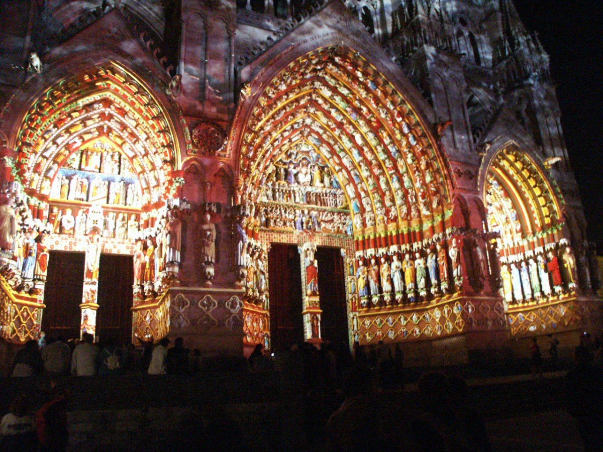 The light show revealing the medieval colours of the cathedral (public domain)