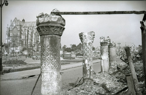Beauvais in ruins in 1940 - Fernand Watteeuw, Archives départementales de l'Oise, wikipedia commons (CC BY-SA 3