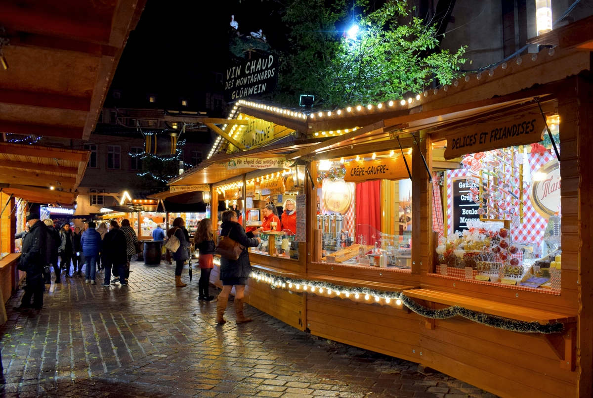 Strasbourg Christmas market in place Saint-Thomas © French Moments