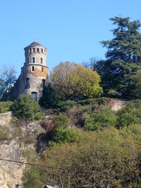 Tower on St Hippolyte Hill, Crémieu © Frachet, licence [CC BY-SA 3.0], from Wikimedia Commons