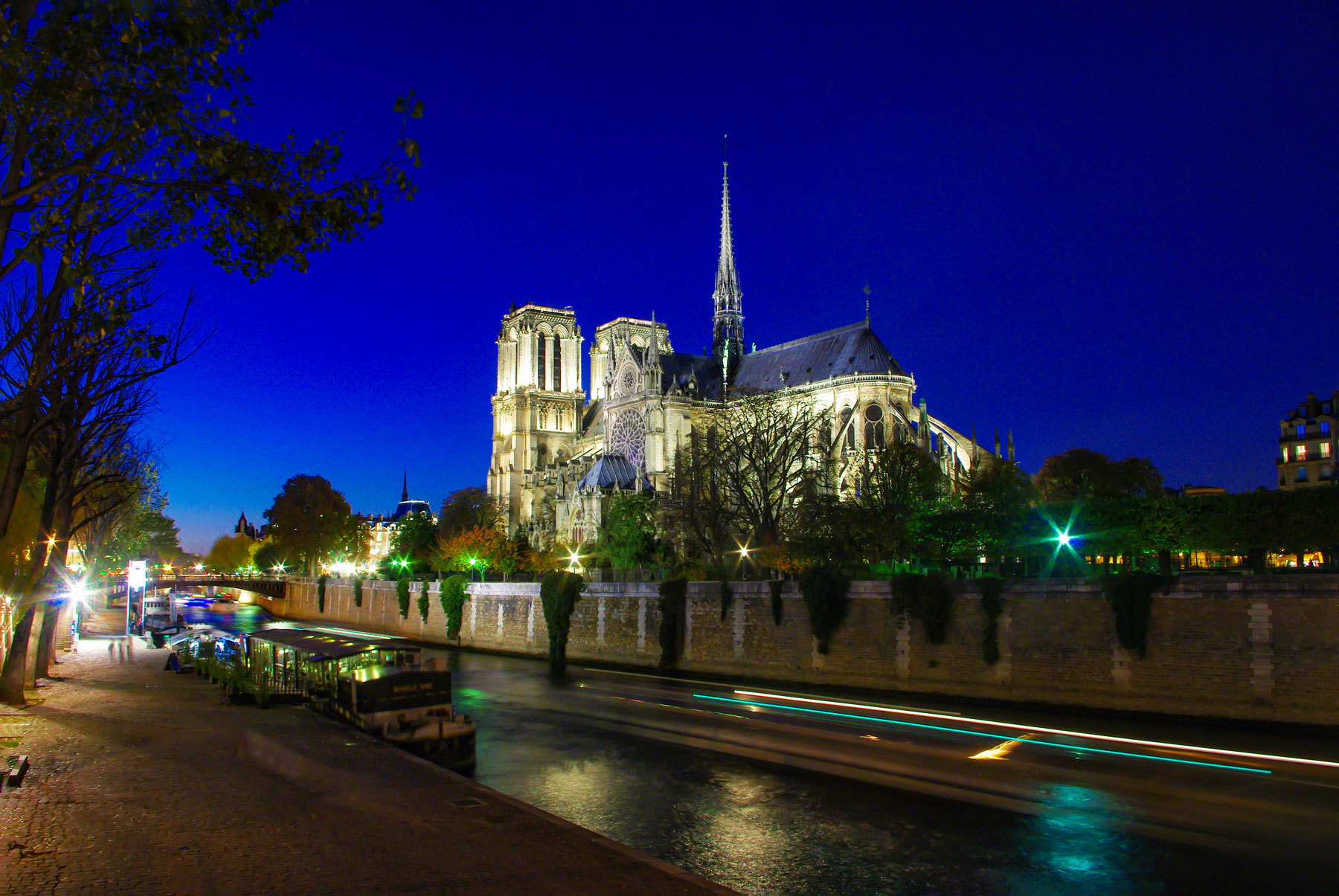 Notre-Dame cathedral by night © French Moments
