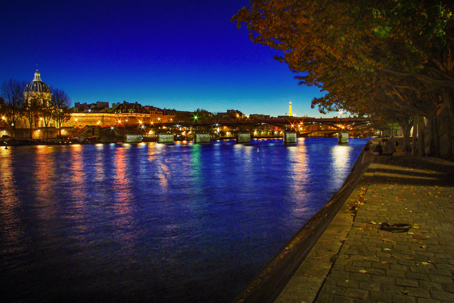 Quai du Louvre by night © French Moments