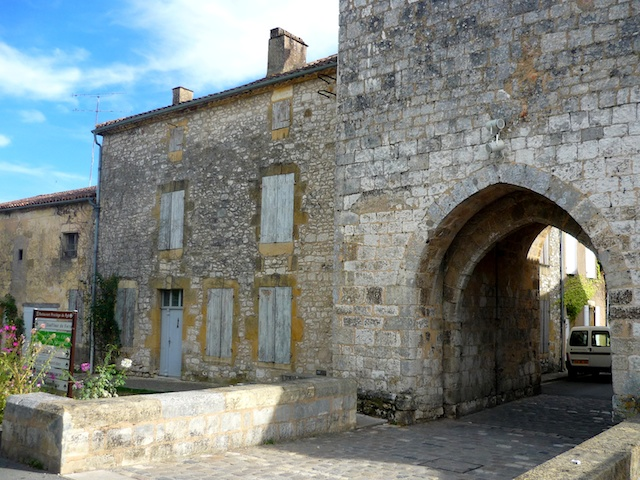 Fortified gate at the entrance to the bastide of Monpazier © French Moments