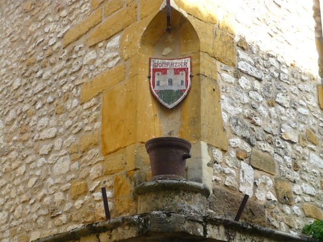 The coat of arms of the Bastide of Monpazier © French Moments