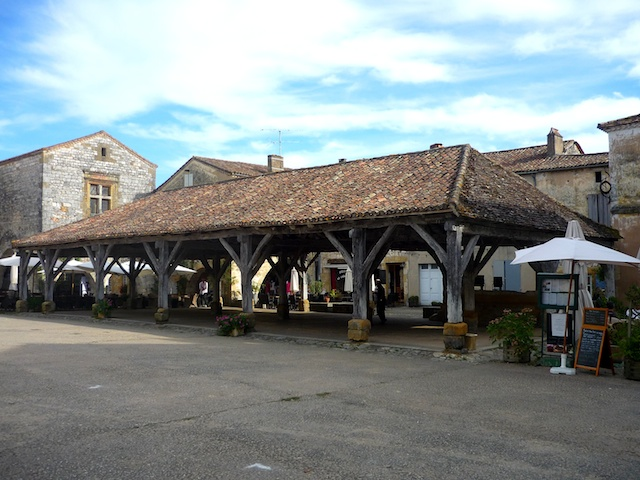 Market hall, Place des Cornières, bastide of Monpazier © French Moments