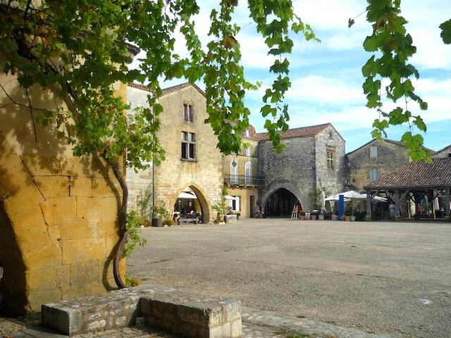 Place des Cornières, bastide of Monpazier © French Moments