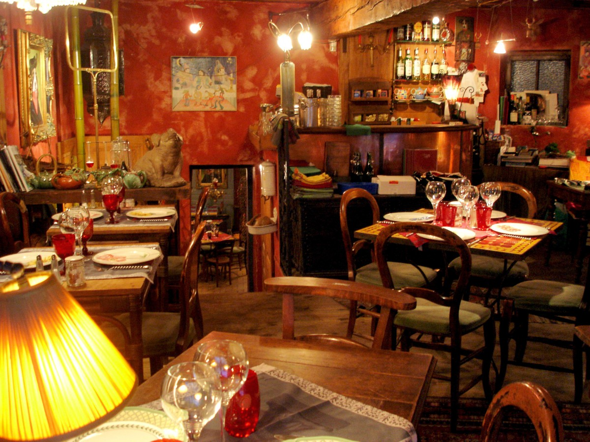 The traditionally rustic decor of a bouchon lyonnais © Trishhhh - licence [CC BY 2.0] from Wikimedia Commons