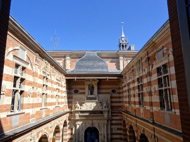 Henri IV Courtyard from the Salle des Illustres © Don-vip - licence [CC BY-SA 3.0] from Wikimedia Commons