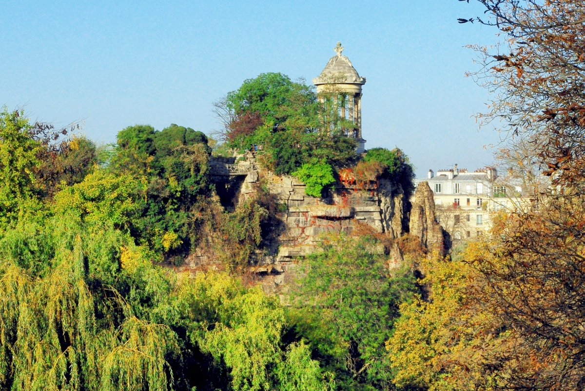 Romantic places in Paris: Parc des Buttes Chaumont © French Moments