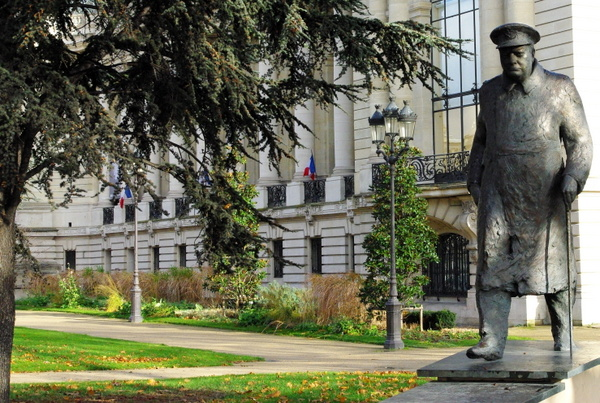 Three arm candelabra near the Petit Palais © French Moments