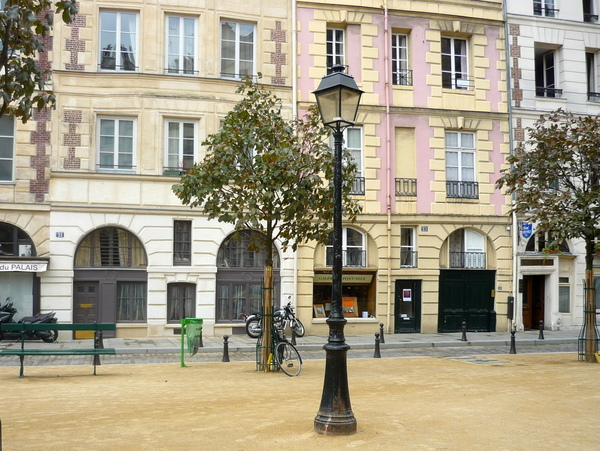 Lamp Posts of Paris: Place Dauphine © French Moments