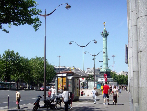 Lamp Post in Place de la Bastille © French Moments