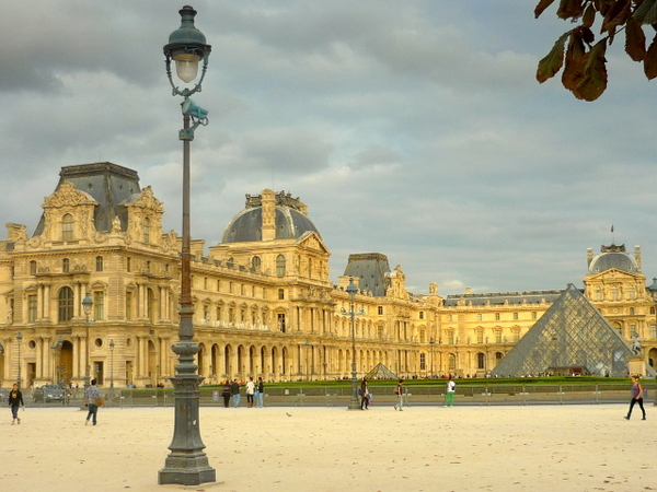 The Louvre and the lamp posts of Paris © French Moments