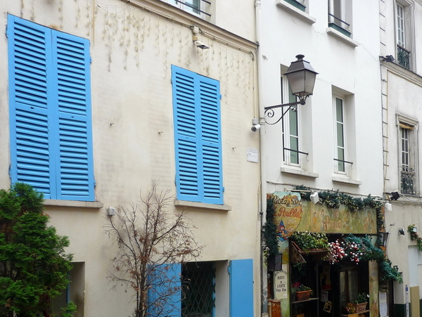 Lamp post in Montmartre Village © French Moments
