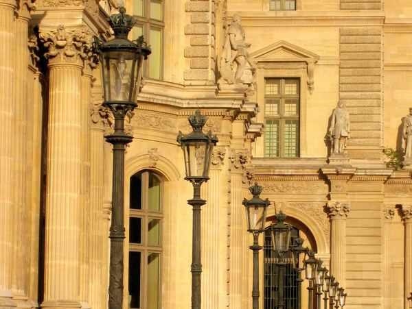 Lamp posts of Paris: Louvre © French Moments
