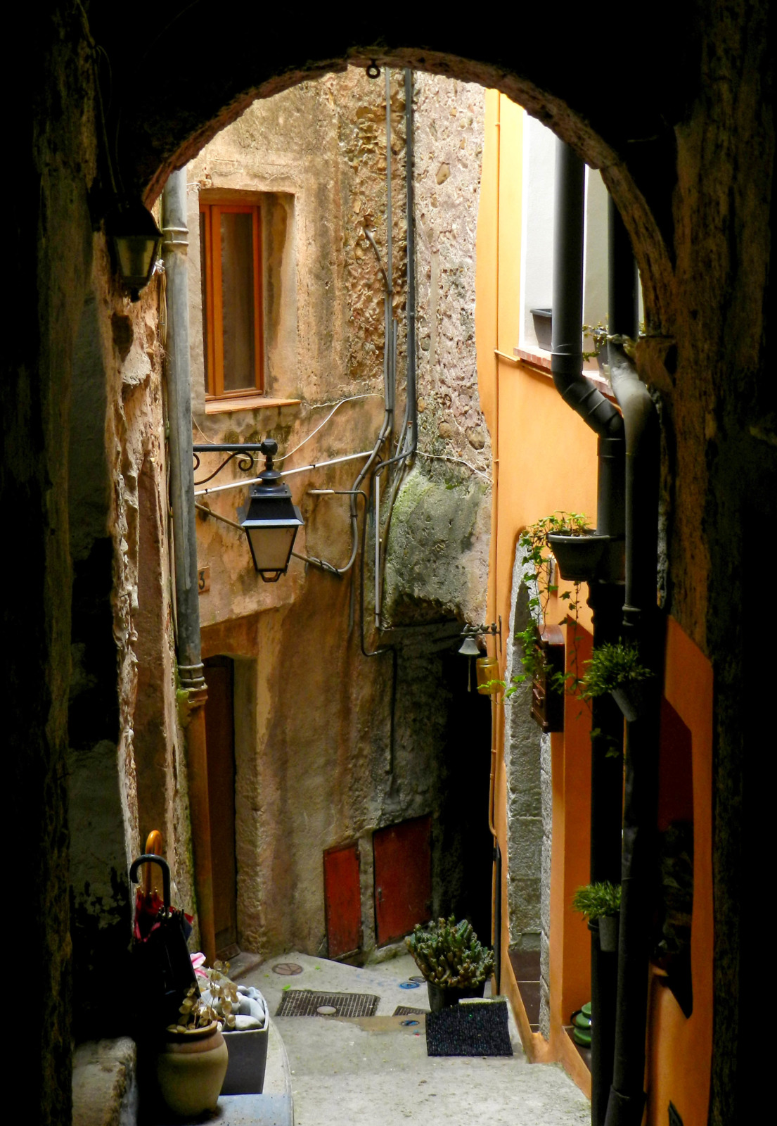 Roquebrune old street © Guerinf - licence [CC BY-SA 4.0] from Wikimedia Commons