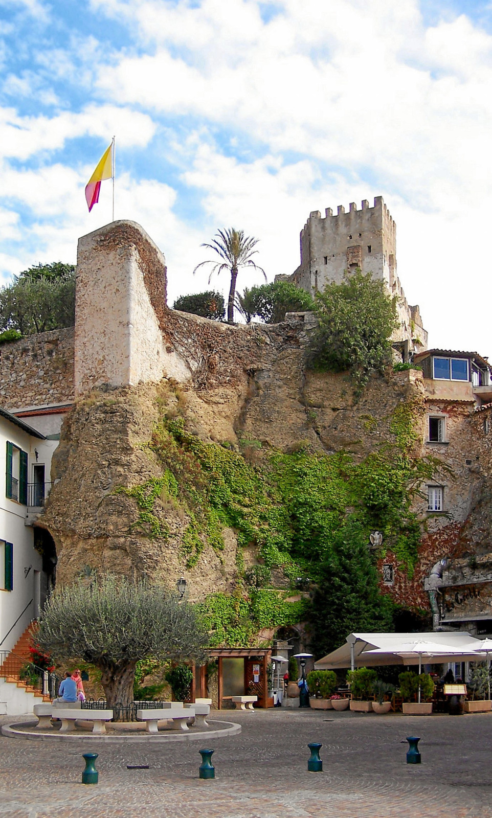 Roquebrune-Cap-Martin - Place des Deux Frères and Castle © Unknown Author - licence [CC BY-SA 3.0] from Wikimedia Commons