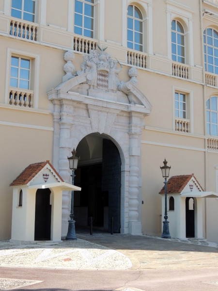 Prince's Palace Entrance © Abxbay - licence [CC BY-SA 3.0] from Wikimedia Commons
