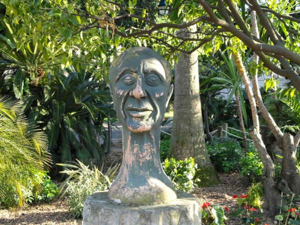 Statue dans le Jardin du Palais Carnolès by Daderot (Public Domain)