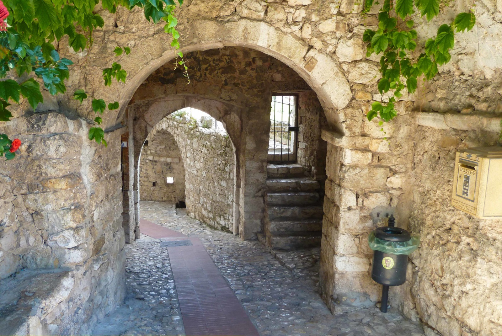 Eze's Poterne gateway © Abxbay - licence [CC BY-SA 4.0] from Wikimedia Commons